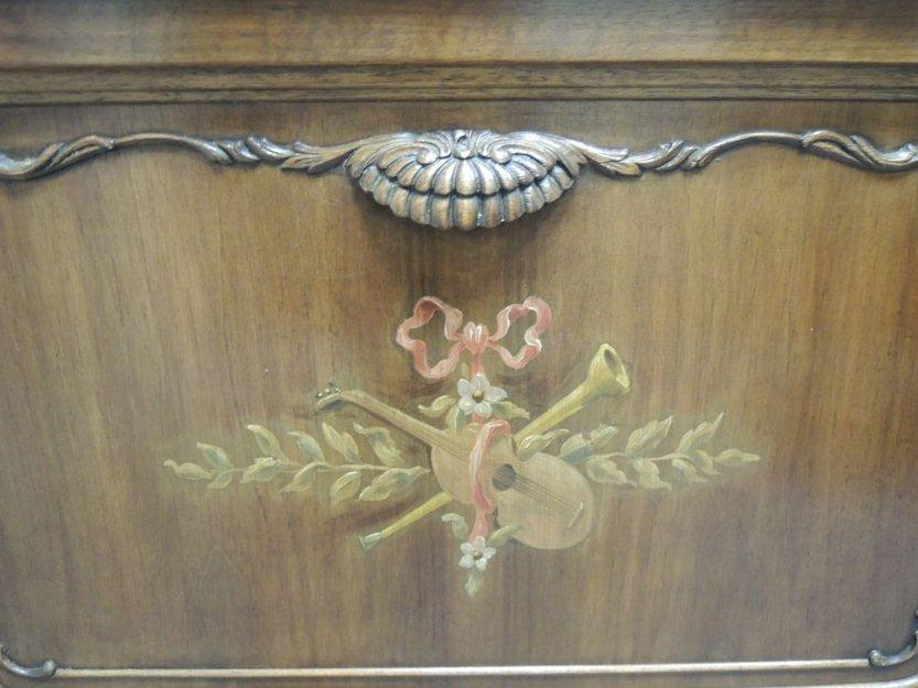 Antiguo mueble con radio