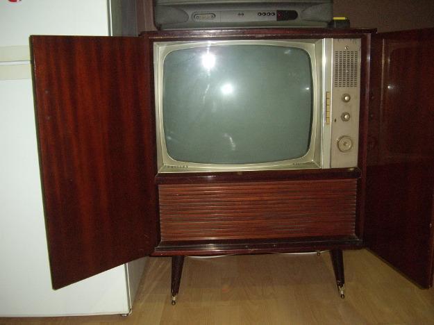 vendo mueble con televicion marca philips antigua ,y radios