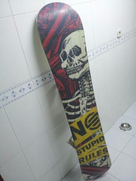 tabla, fijaciones y botas de snowboard