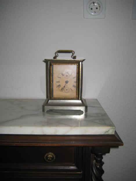 Reloj de cuerda antiguo de metal y cristal